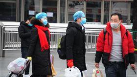 上海火車站現返工人潮  乘客全副武裝為預防遭傳染武漢肺炎,近期乘火車返工的民眾紛紛戴上各式防護用具。圖攝於8日上海火車站外。中央社記者沈朋達上海攝  108年2月9日