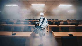 國軍化學兵著C等級防護服進行消毒國軍化學兵扮演此次武漢肺炎防疫要角,圖為穿著C等級防護服的化學兵正執行消毒。(軍聞社提供)中央社記者游凱翔傳真 109年2月9日