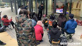 進不了場的泰山高中家長自行在球場外架設螢幕直播。(圖/記者劉家維攝影)