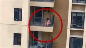 女子在陽台敲鑼求救(圖/翻攝自微博)