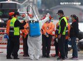 麗星郵輪「寶瓶星號」返抵基隆港,消毒人著裝準備登船消毒。(記者邱榮吉/基隆拍攝)