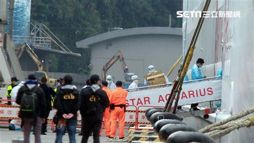 麗星郵輪「寶瓶星號」返抵基隆港,檢疫人員登船為旅客進行檢疫篩檢。(記者邱榮吉/基隆拍攝)