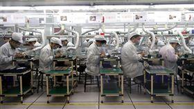 iPhone中國銷售差 蘋果傳全面砍單陸媒5日報導,由於新款iPhone手機在中國大陸銷售數字遠遠低於預期,蘋果公司已對製造商富士康、和碩公司砍單10%。圖為全球最大iPhone生產基地:富士康鄭州廠的生產線一景。(中新社提供)中央社 107年11月5日