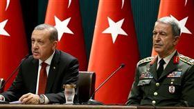 土耳其國防部長艾卡(右)若阿塞德政權試圖阻撓土耳其軍事增援觀察哨,安卡拉將會採取「任何必要作為」。(圖/翻攝自維基百科,simsek hb-hakar,CC BY-SA 2.0)