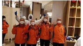 武漢肺炎爆發,中國官方動員各地醫護人員前往支援。其中,西安國際中心醫院醫療隊100名女醫護人員為了便於穿著防護衣,全都剃成了光頭或平頭。(圖/翻攝自央視網頁cctv.com)