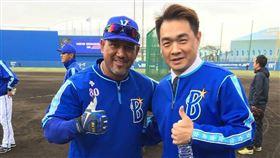 彭政閔和橫濱監督拉米瑞茲相見歡。(圖/翻攝自彭政閔Instagram)