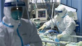 ▲武漢肺炎疫情擴散,中國全力防疫,醫護人員也全身防護裝不敢大意。(圖/翻攝自新華網)