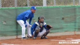 ▲富邦悍將投手教練吳俊良進牛棚看投球。(圖/記者蕭保祥攝影)