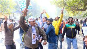 小老百姓黨支持者跳舞歡呼慶勝選小老百姓黨11日在新德里市議會選舉開票中一路領先,許多支持者在戈爾市場開票中心外高舉小老百姓黨旗幟和象徵黨徽的掃帚開心地歡呼和跳舞。中央社記者康世人新德里攝  109年2月11日