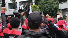 印尼勞工抗議健保費調漲今年起印尼健保費加倍調漲,有些民眾全家的保費就佔了月薪的1/5,衝擊弱勢階級生活。圖為印尼工會聯盟6日在印尼衛生部前發起抗議。中央社記者石秀娟雅加達攝  109年2月12日