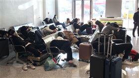菲律賓禁止台人入境  旅客無奈機場過夜菲律賓因應武漢肺炎疫情,10日晚間宣布「臨時旅行禁令」,將台灣與中國、香港、澳門旅客都列入禁止入境。許多台灣民眾只能在菲律賓的機場過夜,11日上午再搭機返台。(旅客提供)中央社記者吳睿騏桃園傳真  109年2月11日
