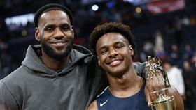 跟隨老爸腳步 詹皇子也灌籃致敬柯比 NBA,Kobe Bryant,LeBron James,灌籃,Bronny James 翻攝自推特