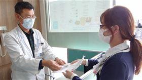 加強防疫 奇美醫院推藥來速窗口針對2019年冠狀病毒疾病(武漢肺炎)防疫工作,奇美醫學中心建置「藥來速」服務,讓持慢箋領藥者不用進入醫院就可領藥,減少進出醫院可能的感染風險。(奇美醫學中心提供)中央社記者楊思瑞台南傳真 109年2月12日