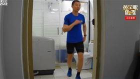 中國杭州,熱愛馬拉松的網友,直播在廁所、家裡馬拉松。(圖/翻攝自微博)