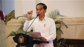 佐科威說印尼願助中國抗疫印尼總統佐科威與中國國家主席習近平在11日通電話,表示印尼相信中國有能力解決疫情,也願意幫助中國對抗疫情。圖為佐科威6日出席總統府的一項活動。中央社記者石秀娟雅加達攝  109年2月12日