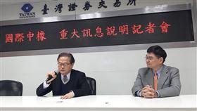 國際中橡說明客戶未依約支付權利金國際中橡總經理黃柏松(左)12日在台灣證券交易所重大訊息記者會說明,子公司擁有「治療龐貝氏症之方法」專利,卻面臨客戶不願按照合約支付歐洲專利權利金的困擾。中央社記者潘智義攝 109年2月12日