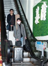 星光一班劉明峰在寶瓶星號郵輪駐唱,今早終於可以下船回家居家隔離,心裡百感交集。(記者邱榮吉/基隆港拍攝)