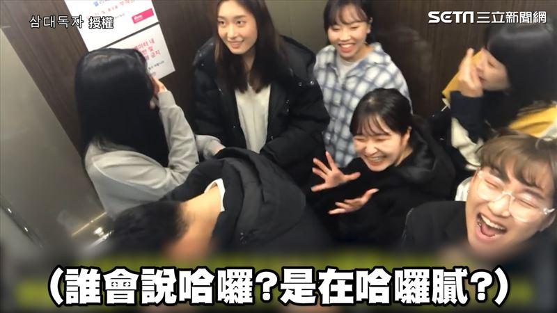 影/尷尬!電梯超重怎麼辦 韓網紅集體猛盯路人看反應 | 生活 | 三立新