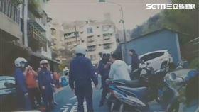 台北市郭姓男子見友人發生停車糾紛,竟帶槍趕赴現場助陣,卻因掉槍引發民眾恐慌(翻攝畫面)