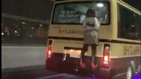 高速公路驚見少女趴車尾!日男大驚報警 沒想到她竟然是…
