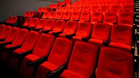 全台首家 哈拉影城祭座位分隔法防疫(圖/翻攝自哈拉影城臉書)
