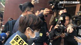 ▲楊蕙如在律師陪同下抵達台北地方法院。(圖/記者楊佩琪攝)