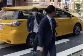 ▲楊蕙如在律師陪同下抵達台北地方法院。(圖/翻攝畫面)