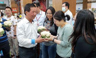 台東市長情人節送花椰菜 女員工驚呼