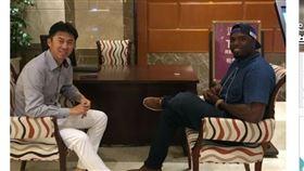▲Henry Sosa(索沙)到飯店拜會首爾英雄監督孫奕。(圖/截自韓國媒體)