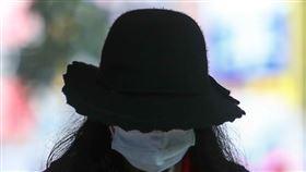 武漢肺炎疫情延燒  民眾戴口罩防疫(1)氣象局表示,東北季風影響,5日北台灣整天濕涼,由於武漢肺炎疫情延燒,民眾外出戴上口罩防疫。中央社記者王騰毅攝  109年2月5日