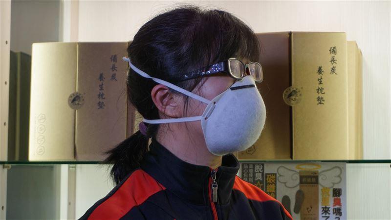 武漢肺炎/碳纖維口罩可重複使用 金門業者大方送千個