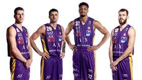 ▲義大利Olimpia Milano籃球隊換穿湖人配色球衣出賽。(圖/ARMANI EXCHANGE提供)