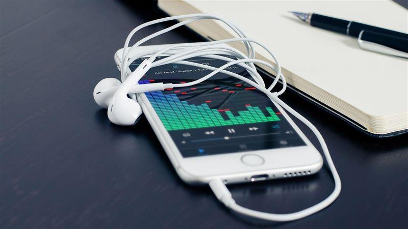 她iphone用4年才驚「耳機線」隱藏功能:超實用!