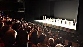 雲門鄭宗龍舞作十三聲 登巴黎國立夏佑劇院雲門舞集由新任藝術總監鄭宗龍領軍,率舞者於法國時間12日晚間登上法國巴黎的國立夏佑劇院,演出鄭宗龍編創的舞作「十三聲」,獲得觀眾熱烈迴響。(雲門舞集提供)中央社記者洪健倫傳真 108年2月14日