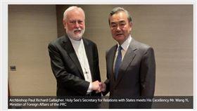 中國外長王毅(右)14日利用出席慕尼黑安全會議時,和教廷外長蓋拉格(左)會晤。這次會面據信是雙方數十年以來最高層級的官方接觸。(圖/翻攝自梵蒂岡新聞網頁vaticannews.va/en)