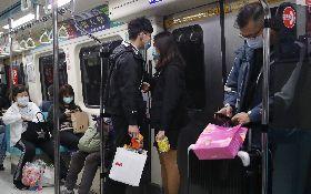 民眾戴口罩搭乘捷運