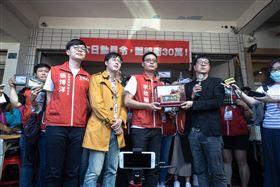 尹立籲韓國瑜自行請辭,將頒發「功在高雄」的牌匾。(圖/翻攝自台灣基進臉書)