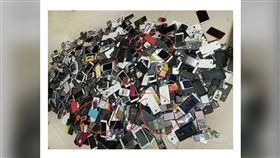 大陸瘋傳一「躺在殯儀館上的手機」文章,有網友找到手機回收業者的舊圖,經過比對,發現文章裡的照片和舊圖,竟然有3個點相同,打臉文章根本是造謠,拿回收業者的舊圖修改後散布。(圖/翻攝自微博)