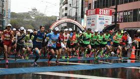 熊本城馬拉松16日登場,熊本市政府發放給每位跑者及工作人員口罩,跑者在槍響後起跑,多數跑者都沒有配戴口罩,現場工作人員則全數配戴口罩。(圖取自facebook.com/kumamotocastlemarathon)