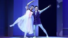 謝祖武與湯志偉為舞台劇合體跳芭蕾舞_。(圖/全民大劇團提供)