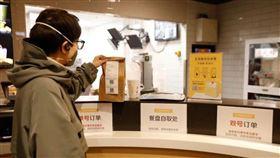 武漢肺炎疫情持續在中國擴散,麥當勞等其他速食業者紛紛加快腳步推出「無接觸」取餐及外送服務。(圖/翻攝自麥當勞中國網頁mcdonalds.com.cn)