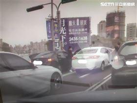 台中市街頭攔車搶劫三百萬,警方迅速破案逮七嫌!一名男子昨(16日)開車在停等紅燈時,突遭兩輛車前後包抄夾擊,車上隨即下來惡煞敲破被害人車窗,一陣拉扯並攻擊被害人頭部後,直接搶走車上現金,整個犯案過程不到一分鐘,過程全被路口監視器拍下,目擊民眾說,比電影情節還誇張!(圖/翻攝畫面)