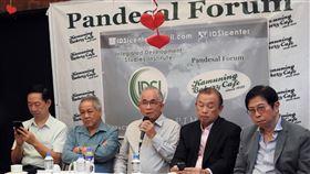 終止菲美軍隊互訪協定 學者:可保護菲律賓菲律賓政治分析家杜松(中)、前外交官阿西亞(右2)、綜合發展研究所(IDSI)所長李棟樑(右1)17日在媒體人李天榮主辦的「麵包論壇」上主張退出菲美軍隊互訪協定對菲國有利。中央社記者陳妍君馬尼拉攝 109年2月17日