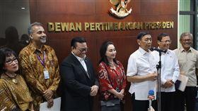 防堵武漢肺炎 印尼召開專家會議印尼總統府諮詢委員會17日召開專家會議,世界衛生組織駐印尼代表巴拉尼塔蘭(左2)在會後指出,對印尼官員防疫措施及政治意志印象深刻。中央社記者石秀娟雅加達攝  109年2月17日