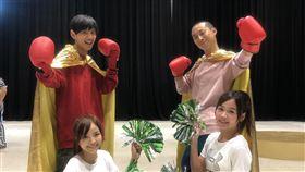 浩角翔起與師妹籃籃練習競技啦啦隊。圖/時代創藝提供
