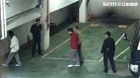 ▲楊文虎(紅衣)及女兒楊宇晨皆遭到收押,台北地方法院首度開庭,父女倆被傳喚出庭。(圖/記者楊佩琪攝)