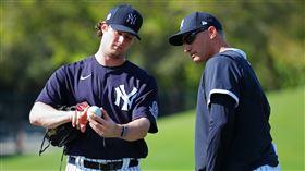 ▲柯爾(Gerrit Cole)和洋基傳奇左投派提特(Andy Pettitte)討論球路。(圖/翻攝自洋基推特)