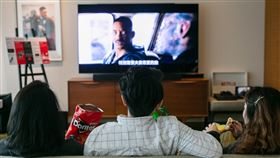 追劇用戶偏好大螢幕串流影音業者觀察,用戶追求便利也重視觀影體驗,電視端觀看流量占比首度超越個人電腦。圖為串流影音業者Netflix用戶收看內容。(Netflix提供)中央社記者吳家豪傳真 109年1月24日