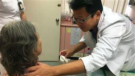 婦喘不過氣就醫 手術取出甲狀腺結節大如士林香腸。(圖/南投醫院提供)