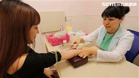 護理長蔣玉珍提醒,多數人抽血後瘀青,往往是因加壓止血不完全造成。(示意圖/蔣玉珍提供)